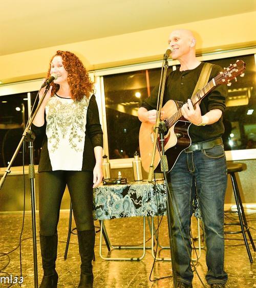 מופע מוזקלי של:לארי ומינדי:,ביטלס ועוד``